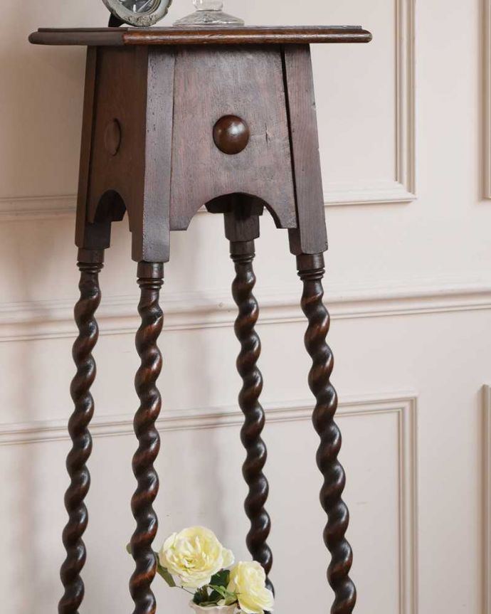 プランツスタンド・ケーキスタンド アンティーク家具 ツイスト脚が美しい英国輸入のアンティークプランツスタンド。小さくてもアンティークの気品タップリ。(j-2451-f)