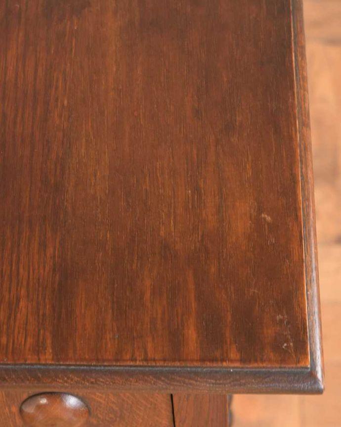 プランツスタンド・ケーキスタンド アンティーク家具 ツイスト脚が美しい英国輸入のアンティークプランツスタンド。近づいてみると…木目もキレイな天板。(j-2451-f)
