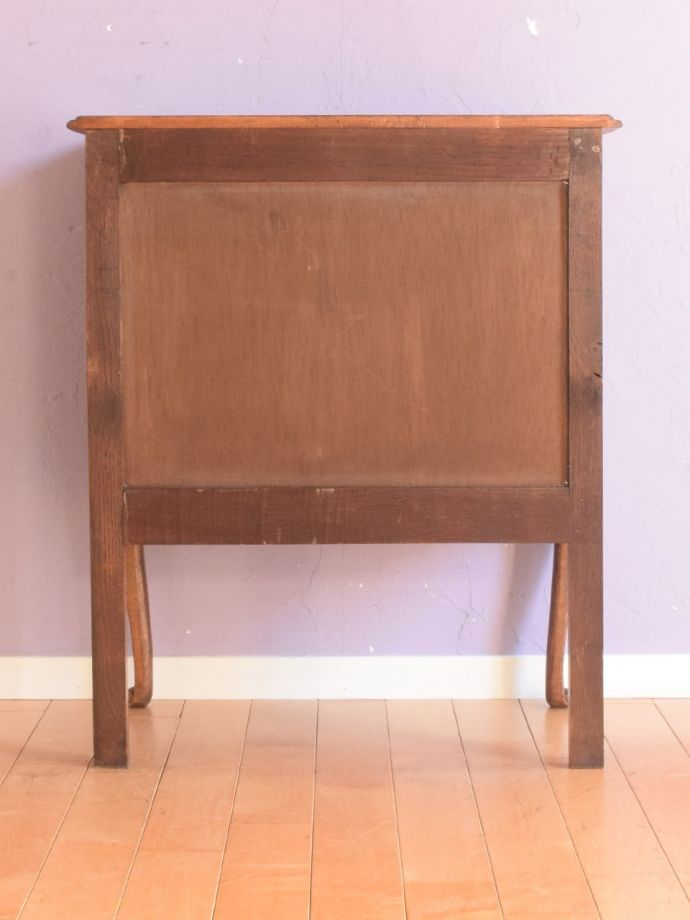 アンティークのチェスト アンティーク家具 キャビネット 修復したので後姿もキレイですアンティークは新品ではないので、もちろん経年変化によるキズはありますが、専門の職人が修復しています。(j-2762-f)