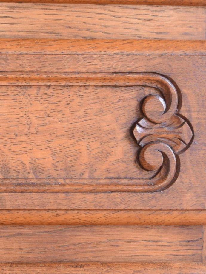 アンティークのチェスト アンティーク家具 キャビネット 惚れ惚れしちゃう美しさこんなに堅い無垢材に一体どうやって彫ったんだろう?と不思議になるくらい細かい彫にうっとりです。(j-2762-f)