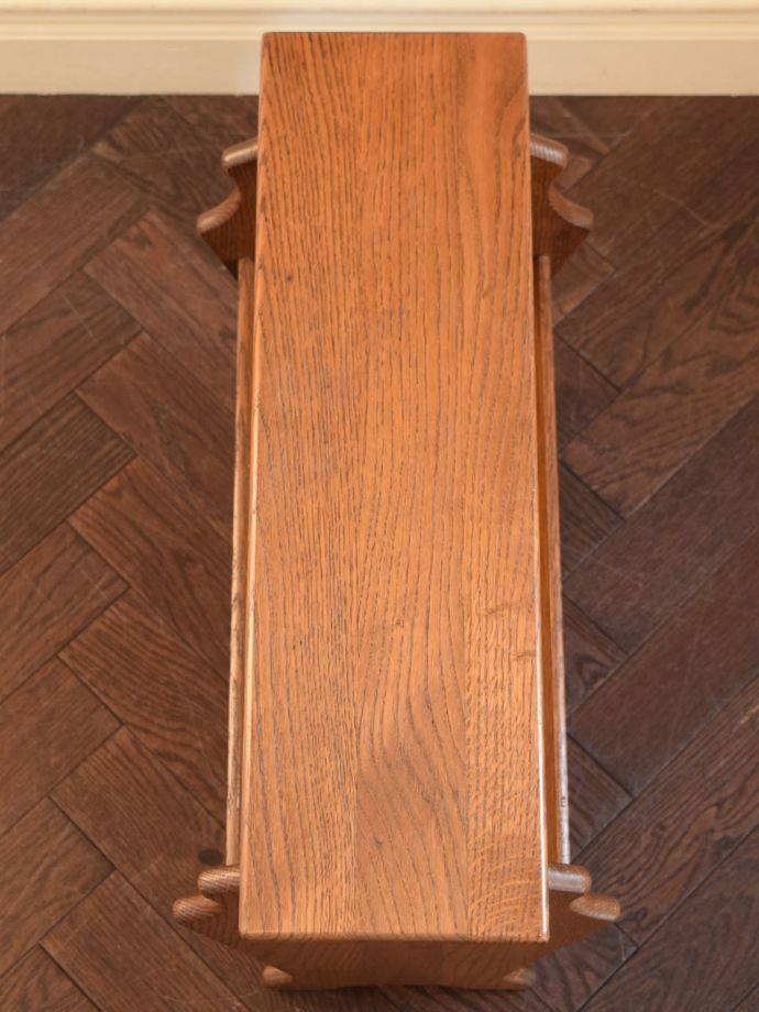 サイドテーブル付きのマガジンラック