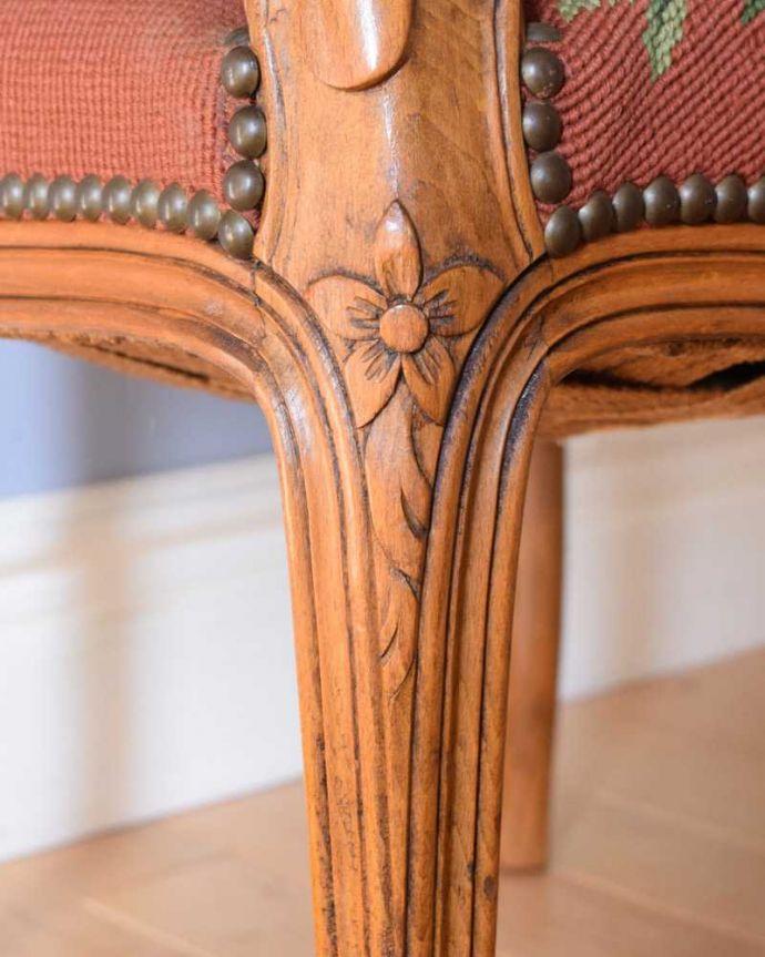 j-647-c アンティークプチポワンアームチェア(サロンチェア)の彫り(脚部分)