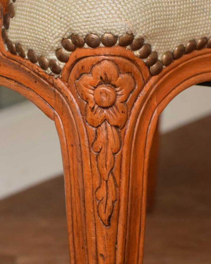 j-649-c アンティークプチポワンアームチェア(サロンチェア)の彫り(脚部分)