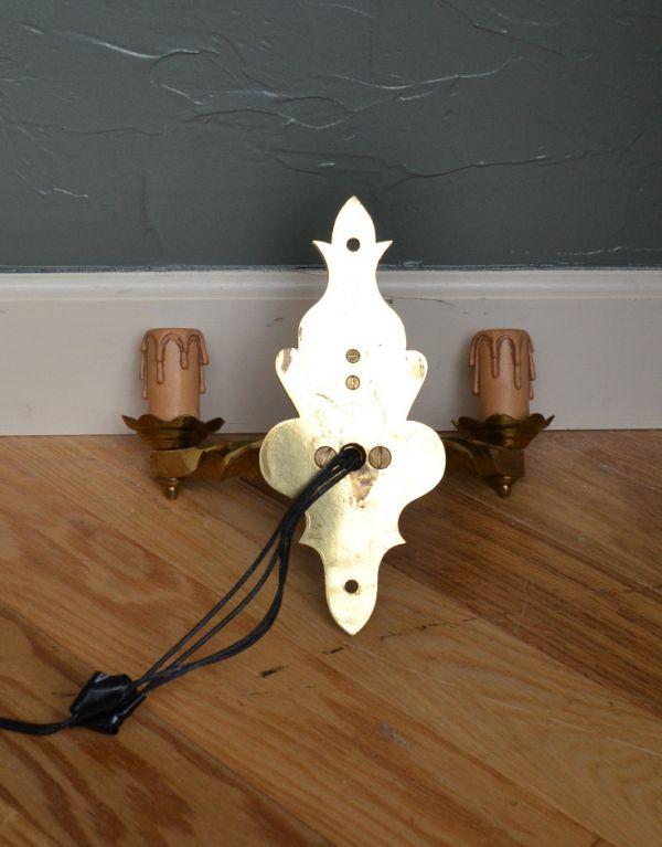 壁付けブラケット 照明・ライティング 英国のアンティーク壁付け照明、2灯タイプのウォールランプ(E17シャンデリア球付)。壁の中に配線をする場合は、電気屋さんによる取り付け工事が必要です。(k-1111-z)