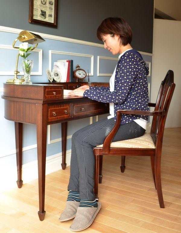 ロイドテーブル アンティーク家具 両面使える美しいアンティーク英国家具、マホガニー材のライティングデスク。デスクに座る時間を持つことで気持ちの切り替えができます。(k-1197-f)