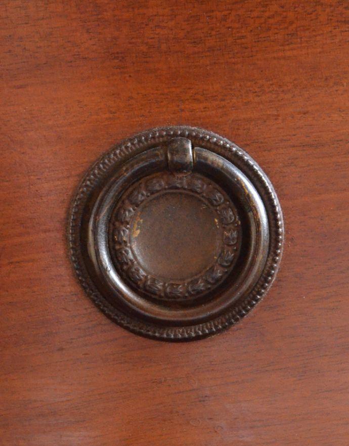 アンティークのチェスト アンティーク家具 イギリスらしいアンティーク家具、マホガニー材を使った4段チェスト。アンティークならではの重厚感のある取っ手です。(k-1251-f)