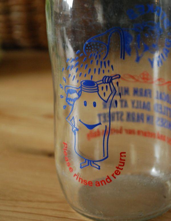 ナチュラルカントリースタイル アンティーク雑貨 イラスト入りで可愛いイギリスの牛乳ビン、アンティークガラスボトル(牛)。どこから見てもイラストや文字がプリントされているので、そのままポンっと飾るだけで雰囲気が出ます。(k-1358-z)