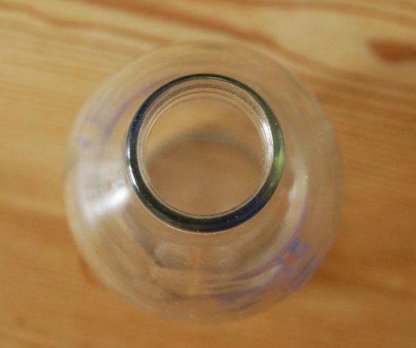 ナチュラルカントリースタイル アンティーク雑貨 イラスト入りで可愛いイギリスの牛乳ビン、アンティークガラスボトル(牛)。上から見るとこんな感じです。(k-1358-z)