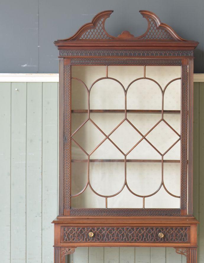 アンティークのキャビネット アンティーク家具 シノワズリーなアンティーク家具、マホガニー材の美しいガラスキャビネット。アンティークのガラスがキレイにはめ込んであります。(k-1441k-f)