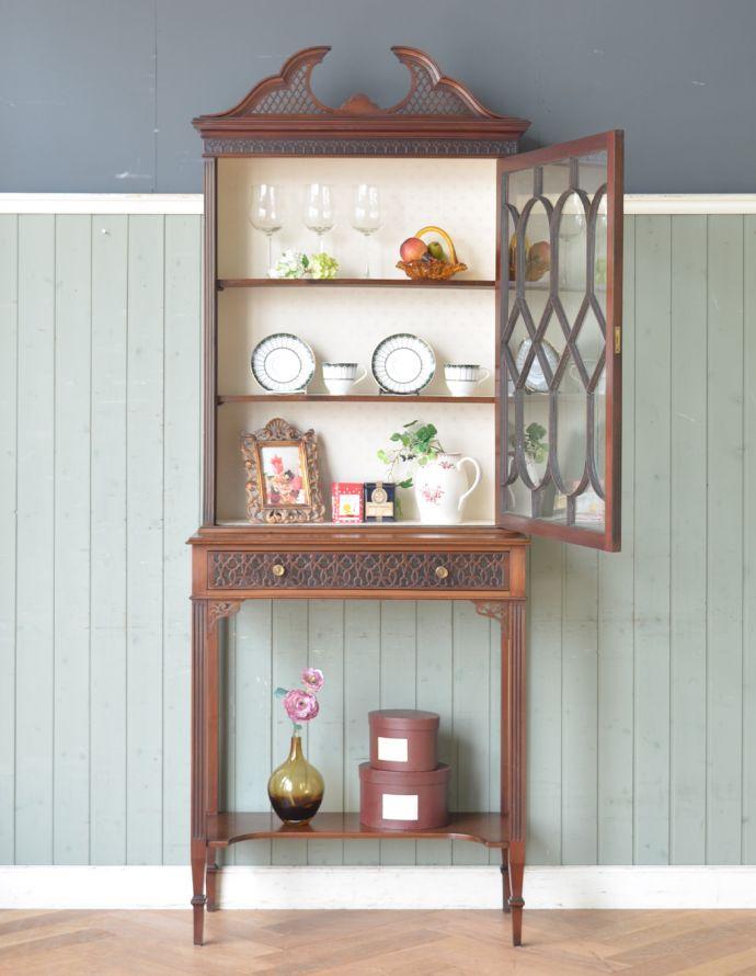 アンティークのキャビネット アンティーク家具 シノワズリーなアンティーク家具、マホガニー材の美しいガラスキャビネット。ショーケースのように、お気に入りの雑貨や食器を並べてみましょう。(k-1441k-f)
