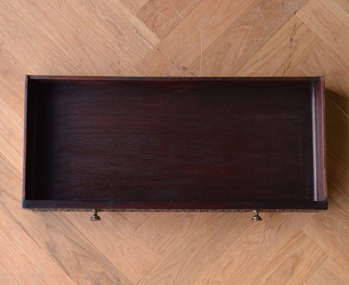 アンティークのキャビネット アンティーク家具 シノワズリーなアンティーク家具、マホガニー材の美しいガラスキャビネット。引き出しもキレイに修復してありますので、いろんなものを収納して下さい。(k-1441k-f)