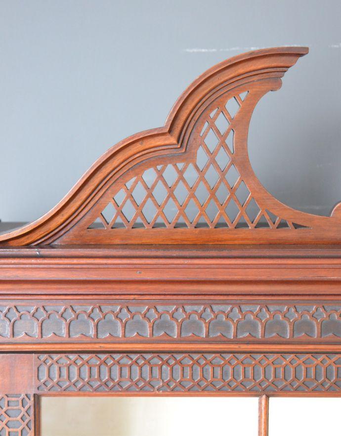 アンティークのキャビネット アンティーク家具 シノワズリーなアンティーク家具、マホガニー材の美しいガラスキャビネット。キャビネットのトップには、細やかな透かし加工を施した装飾が付いています。(k-1441k-f)
