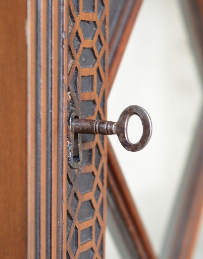 アンティークのキャビネット アンティーク家具 シノワズリーなアンティーク家具、マホガニー材の美しいガラスキャビネット。鍵は使えます。(k-1441k-f)