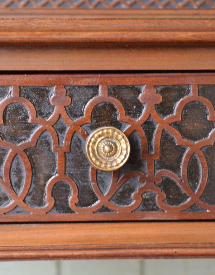 アンティークのキャビネット アンティーク家具 シノワズリーなアンティーク家具、マホガニー材の美しいガラスキャビネット。真ん丸な取っ手が付いています。(k-1441k-f)