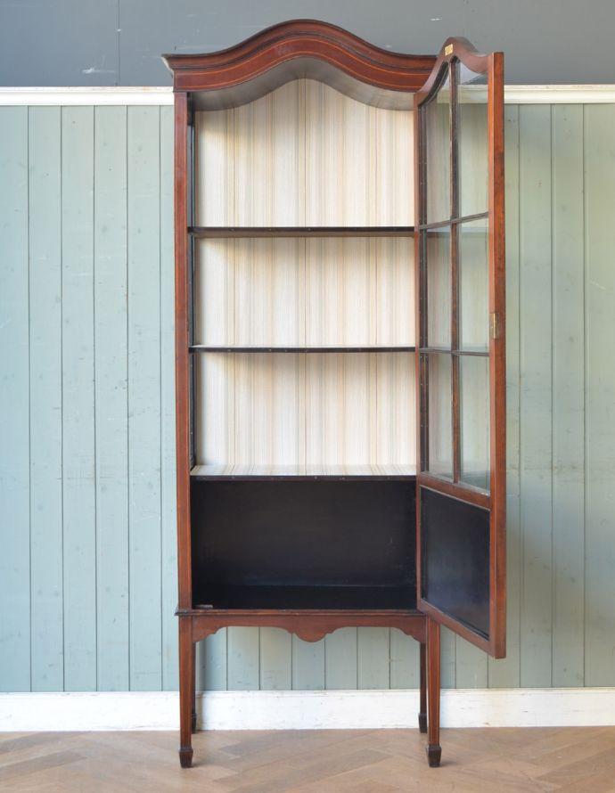 アンティークのキャビネット アンティーク家具 マホガニー材のアンティーク英国家具、天板の曲線も美しいガラスキャビネット。扉を開けてみると・・・棚板と背板に貼ってあるクロスは修復の時、新しいものに張り替えました。(k-1550k-f)