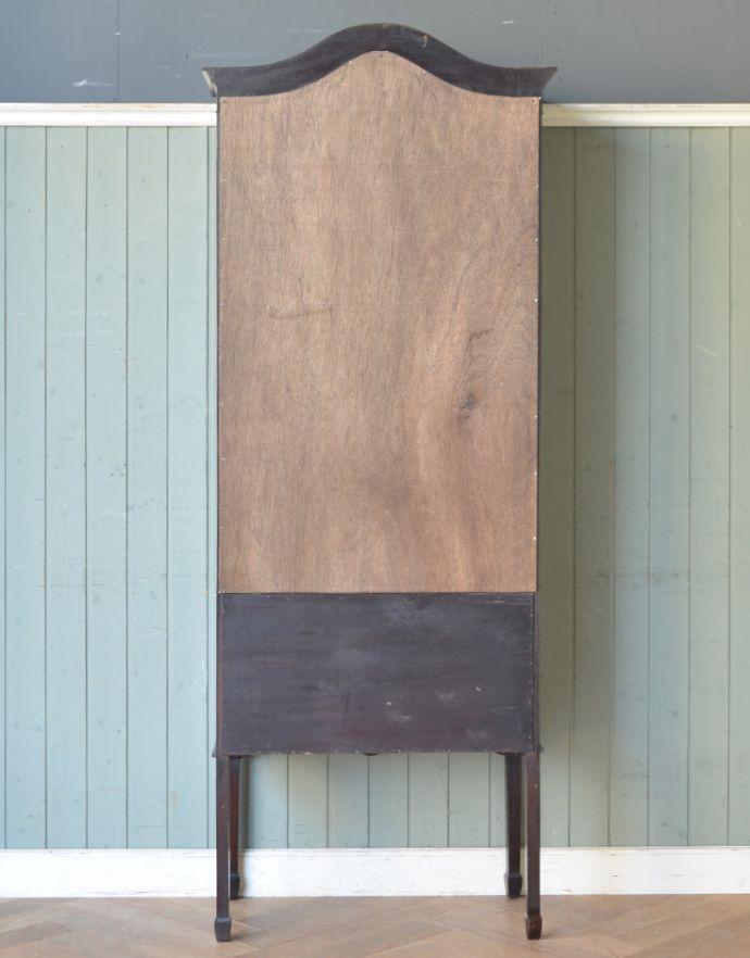 アンティークのキャビネット アンティーク家具 マホガニー材のアンティーク英国家具、天板の曲線も美しいガラスキャビネット。キレイに修復しました!アンティークは新品ではないので、経年変化によるキズはありますが、専門の職人がキレイにお直しをしているので、後姿までキレイです。(k-1550k-f)