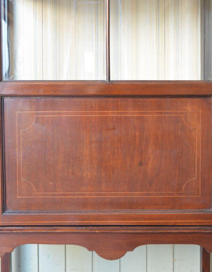 アンティークのキャビネット アンティーク家具 マホガニー材のアンティーク英国家具、天板の曲線も美しいガラスキャビネット。上品で美しい象嵌象嵌とは模様に沿って異なる木材を埋め込んで絵を描いたものなんです。(k-1550k-f)