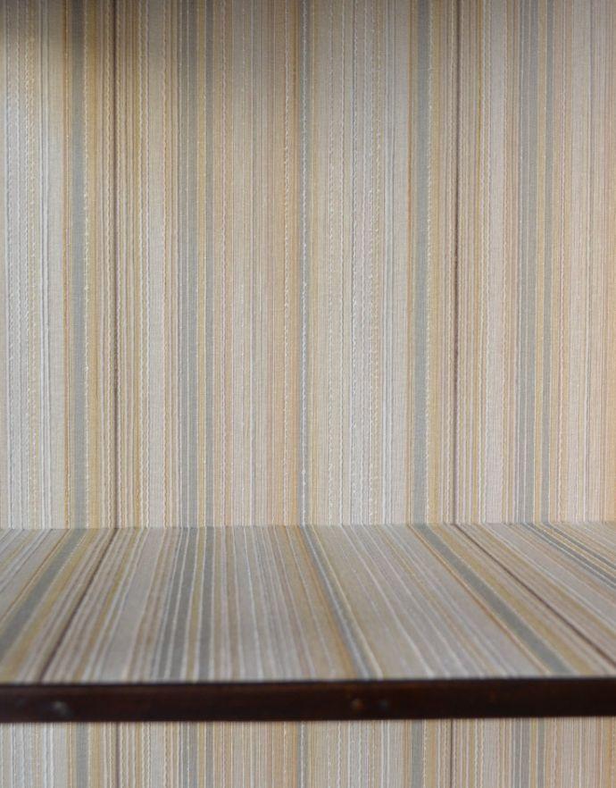 アンティークのキャビネット アンティーク家具 マホガニー材のアンティーク英国家具、天板の曲線も美しいガラスキャビネット。新しく貼り替えましたキャビネットに似合う生地を選んで張り替えた背板。(k-1550k-f)