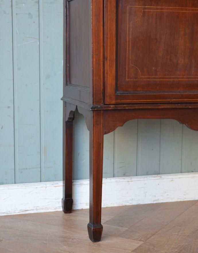 アンティークのキャビネット アンティーク家具 マホガニー材のアンティーク英国家具、天板の曲線も美しいガラスキャビネット。女性1人でラクラク運べちゃうんですHandleのアンティークは、脚の裏にフェルトキーパーをお付けしています。(k-1550k-f)