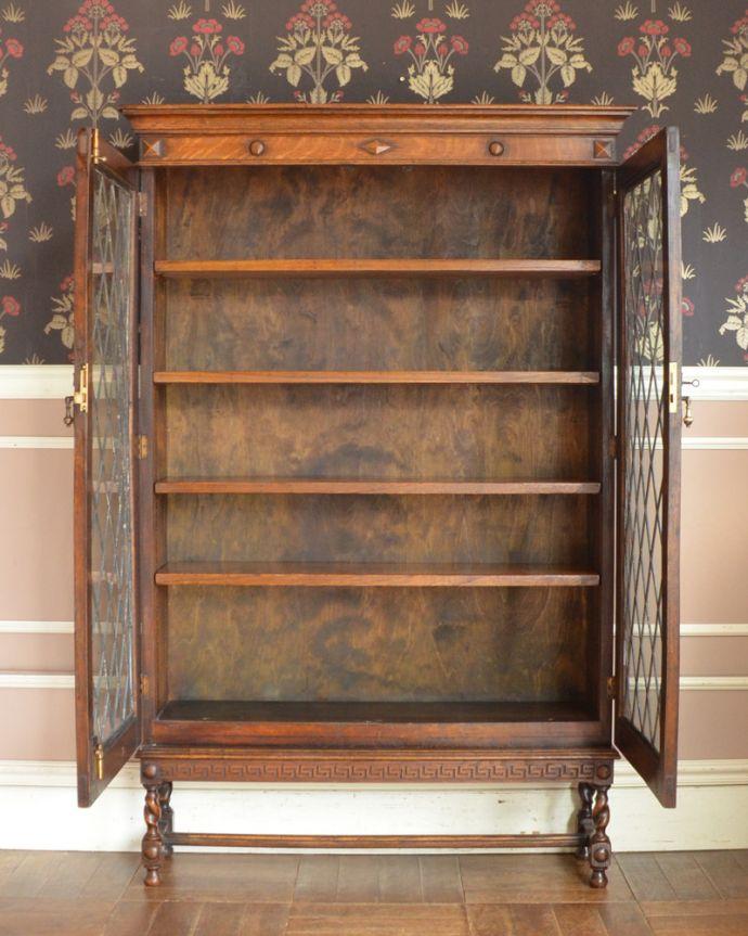 アンティークのキャビネット アンティーク家具 英国紳士たちが愛したかっこいいアンティーク家具、イギリス輸入のブックケース(本棚)。食器や写真立て、本やDVDなどなど、たくさん飾ればディスプレイの幅が広がります!ガラスが大きいので、中に飾ったものがいい感じに見えてオシャレになります。(k-1565-f)