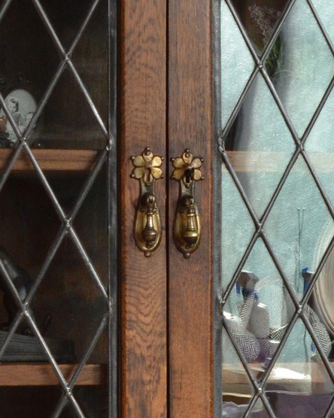 アンティークのキャビネット アンティーク家具 英国紳士たちが愛したかっこいいアンティーク家具、イギリス輸入のブックケース(本棚)。扉は、アンティークならではの重厚感のあるドロップタイプの取っ手です。(k-1565-f)