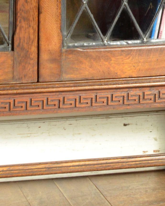 アンティークのキャビネット アンティーク家具 英国紳士たちが愛したかっこいいアンティーク家具、イギリス輸入のブックケース(本棚)。脚元の美しい装飾も見逃せない!高級感のある落ち着いた色です。(k-1565-f)