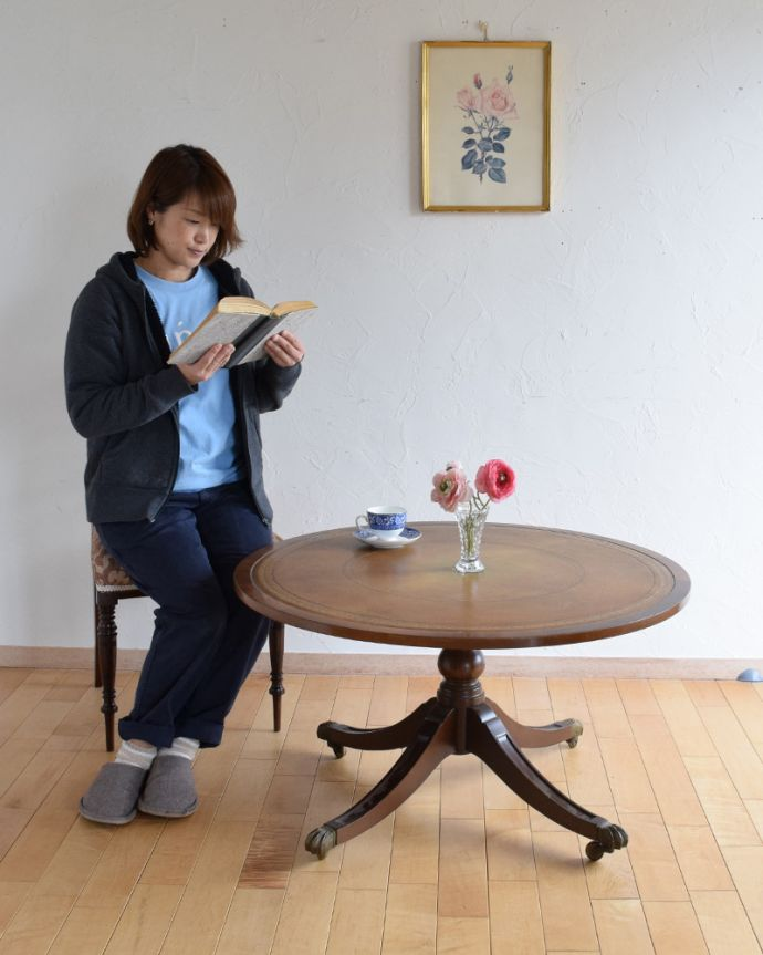 k-1707-f アンティークコーヒーテーブルのモデル入り