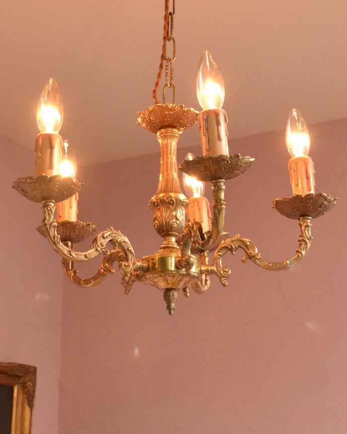 シャンデリア 照明・ライティング エレガントな真鍮製シャンデリア、フランスで見つけたアンティーク照明(5灯)(E17シャンデリア球付)。取り付けやすい小ぶりなシャンデリアです。(k-1714-z)