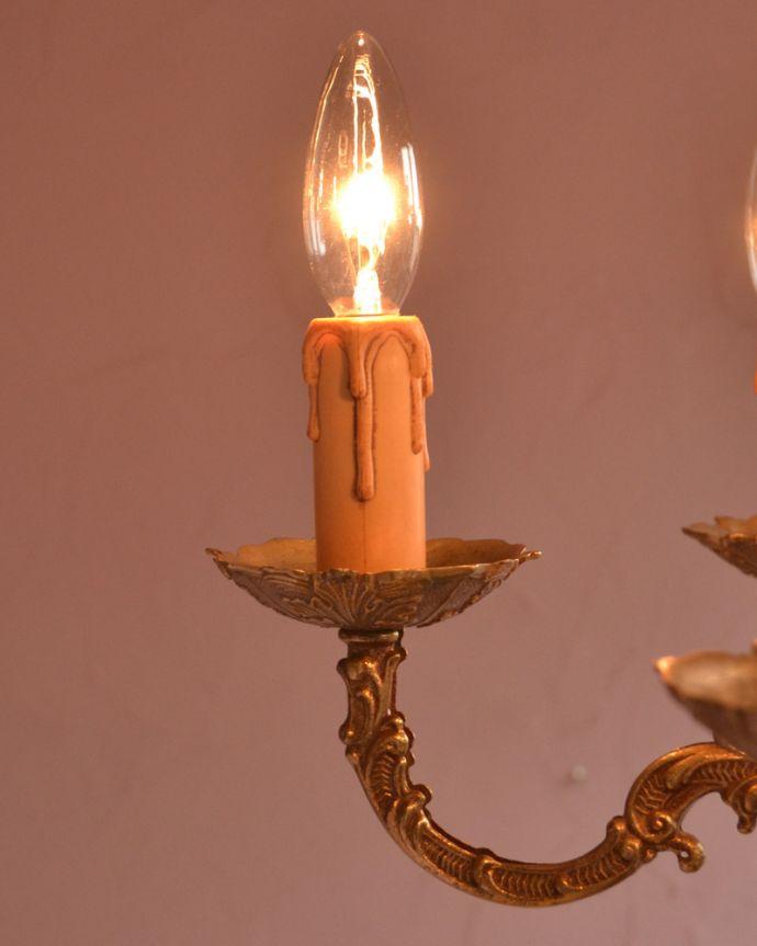 シャンデリア 照明・ライティング エレガントな真鍮製シャンデリア、フランスで見つけたアンティーク照明(5灯)(E17シャンデリア球付)。本物のキャンドルにも見える装飾です。(k-1714-z)