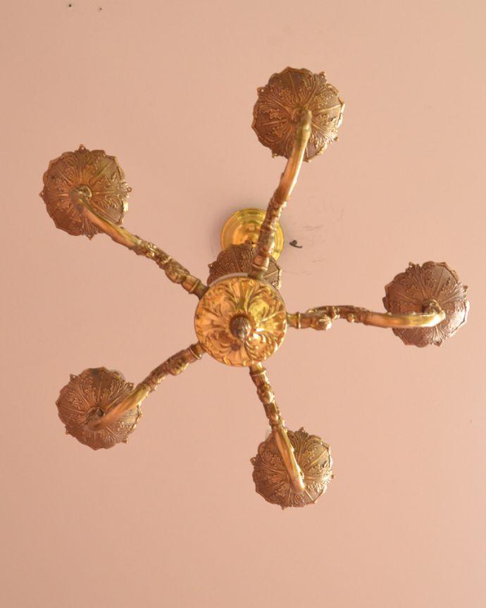 シャンデリア 照明・ライティング エレガントな真鍮製シャンデリア、フランスで見つけたアンティーク照明(5灯)(E17シャンデリア球付)。下から眺めても、華やかで重厚な装飾が魅力です。(k-1714-z)