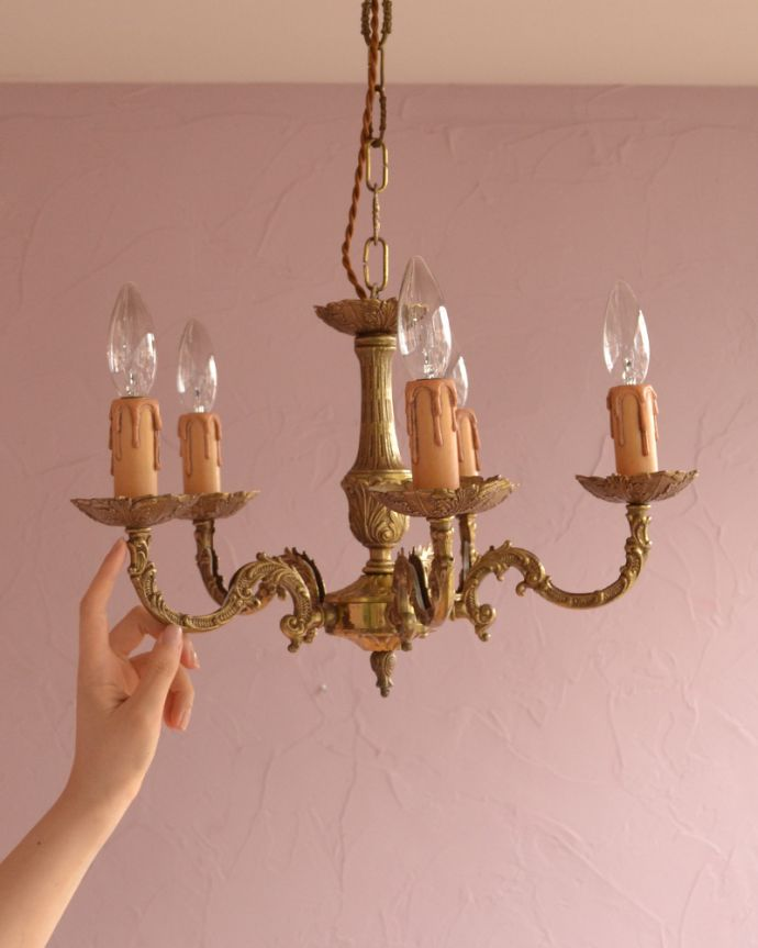 シャンデリア 照明・ライティング エレガントな真鍮製シャンデリア、フランスで見つけたアンティーク照明(5灯)(E17シャンデリア球付)。直結シーリングタイプでお届けいたします。(k-1714-z)