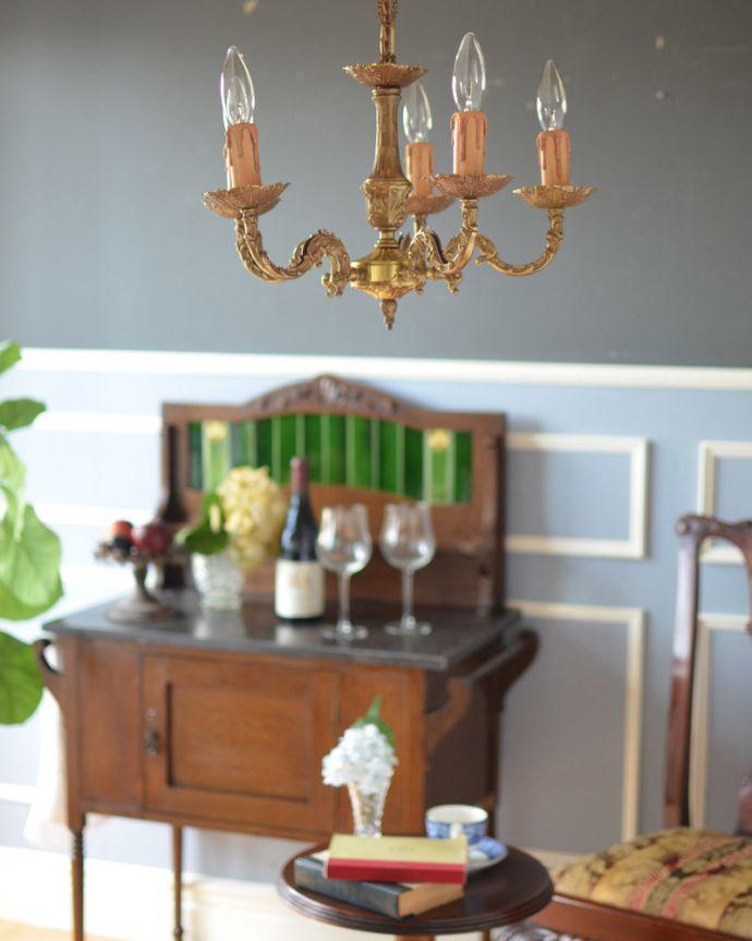 シャンデリア 照明・ライティング エレガントな真鍮製シャンデリア、フランスで見つけたアンティーク照明(5灯)(E17シャンデリア球付)。時と共に変化した真鍮の落ち着いた風合いと、どこから見ても美しいデザインはリビングダイニングの主役です。(k-1714-z)