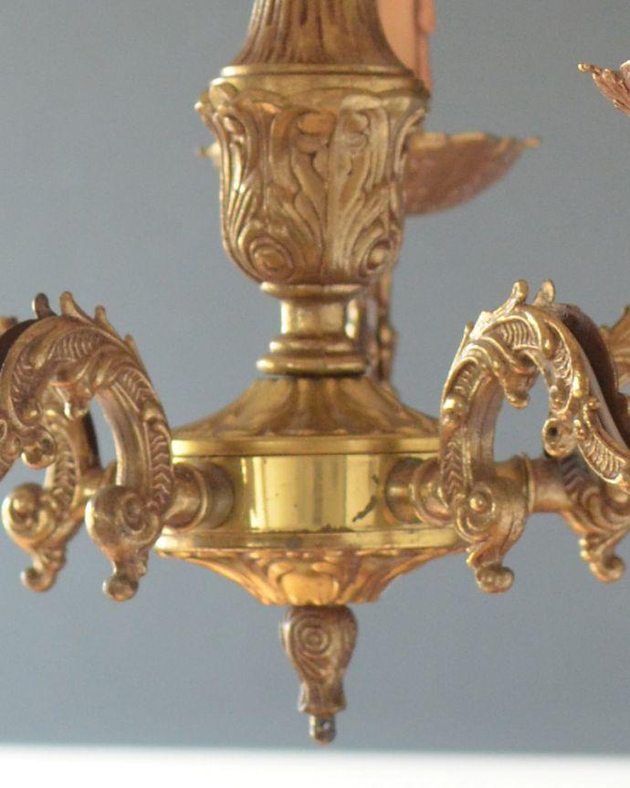 シャンデリア 照明・ライティング エレガントな真鍮製シャンデリア、フランスで見つけたアンティーク照明(5灯)(E17シャンデリア球付)。重厚さと、華やかさを感じさせる美しいデザインです。(k-1714-z)