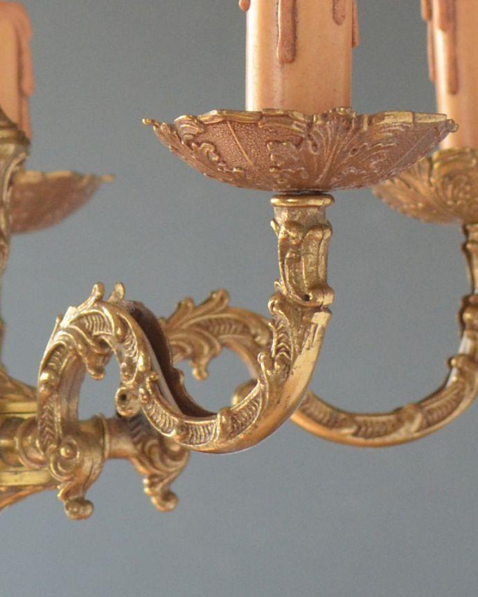 シャンデリア 照明・ライティング エレガントな真鍮製シャンデリア、フランスで見つけたアンティーク照明(5灯)(E17シャンデリア球付)。植物の蔦をモチーフにした美しいシルエットのアームです。(k-1714-z)