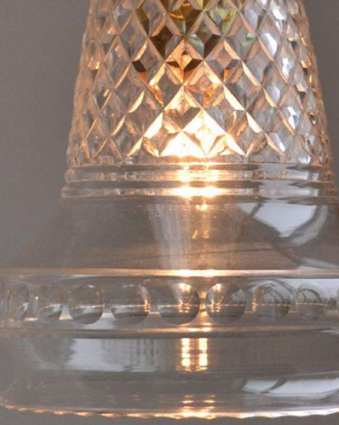 ペンダントライト 照明・ライティング 形も模様も美しいガラスシェード、アンティークのペンダントライト(コード・シャンデリア球・ギャラリーなし)。使えるものだけ選んできましたアンティークなのでキズや汚れ、カケなどは必ずありますが、使えると判断したものだけを吟味して選んできました。(k-1740-z)