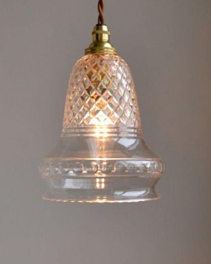 ペンダントライト 照明・ライティング 形も模様も美しいガラスシェード、アンティークのペンダントライト(コード・シャンデリア球・ギャラリーなし)。お部屋のアクセサリーに使って欲しいアンティーク照明器具の中で気軽に使いやすいペンダントライト。(k-1740-z)