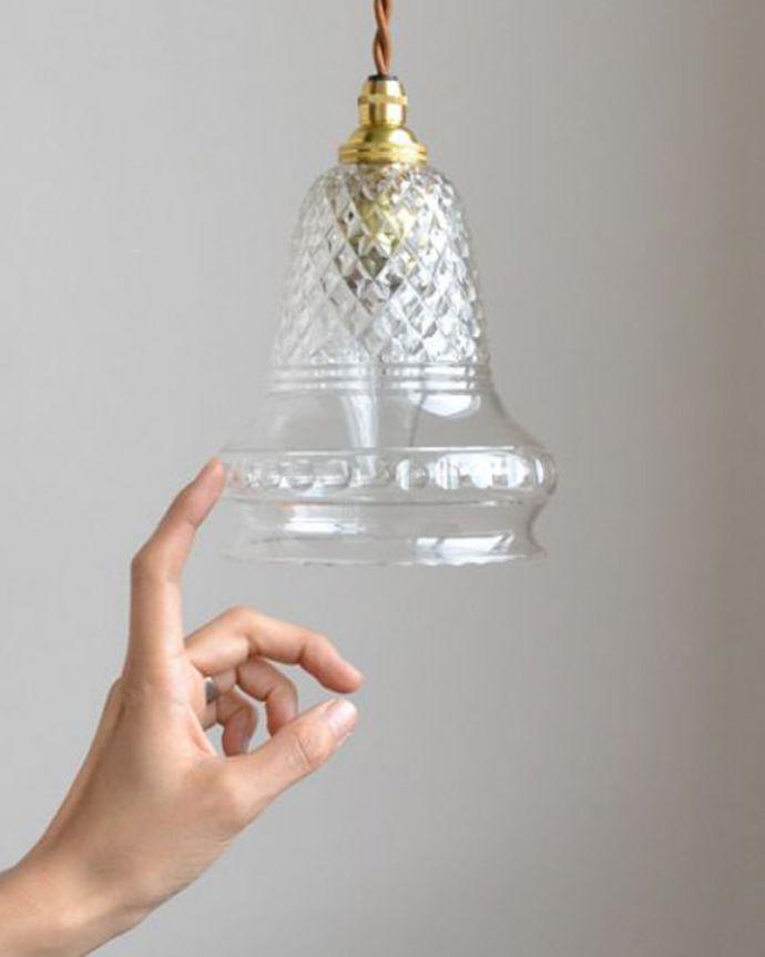 ペンダントライト 照明・ライティング 形も模様も美しいガラスシェード、アンティークのペンダントライト(コード・シャンデリア球・ギャラリーなし)。一点ものの魅力小さなペンダントライトは、取り付けやすく灯りが付いていない時も目立つ存在で、まさにお部屋の中のアクセサリーです。(k-1740-z)