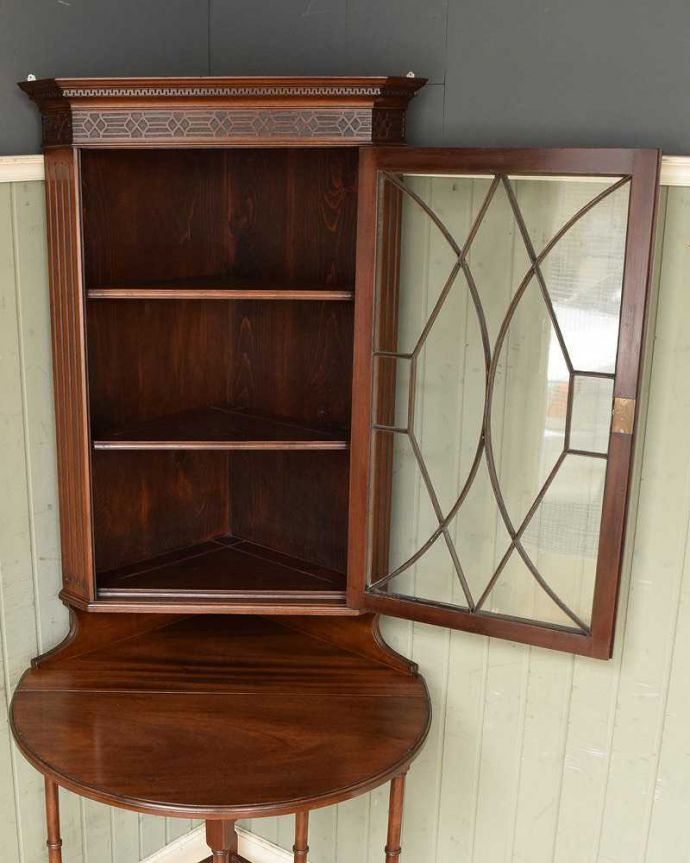 アンティークのキャビネット アンティーク家具 お部屋のコーナーを彩るテーブル付きの美しいキャビネット、英国アンティーク家具。扉を開けてみると・・・専門の職人がしっかり修復していますので、扉の中はピカピカです。(k-1767-f)