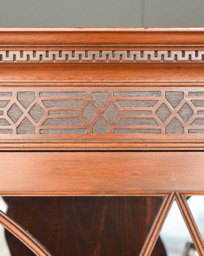 アンティークのキャビネット アンティーク家具 お部屋のコーナーを彩るテーブル付きの美しいキャビネット、英国アンティーク家具。英国らしい装飾英国家具らしいかっこいい装飾があります。(k-1767-f)