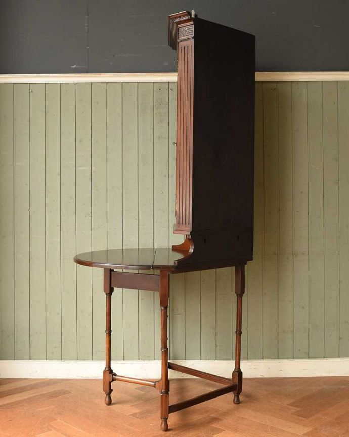 アンティークのキャビネット アンティーク家具 お部屋のコーナーを彩るテーブル付きの美しいキャビネット、英国アンティーク家具。横から見ると、こんな感じ壁にピタッと収まる部分は三角形になっています。(k-1767-f)