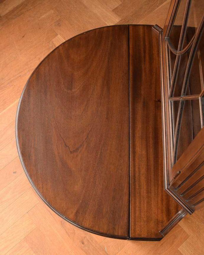 アンティークのキャビネット アンティーク家具 お部屋のコーナーを彩るテーブル付きの美しいキャビネット、英国アンティーク家具。天板の修復には自信があります。(k-1767-f)