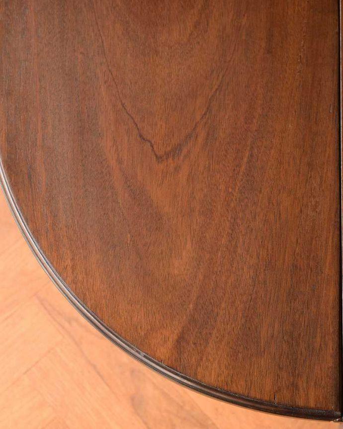アンティークのキャビネット アンティーク家具 お部屋のコーナーを彩るテーブル付きの美しいキャビネット、英国アンティーク家具。近づいて見てみると・・・時間と手間暇を掛けて職人が丁寧にお直しした天板は、木目も美しいんです。(k-1767-f)