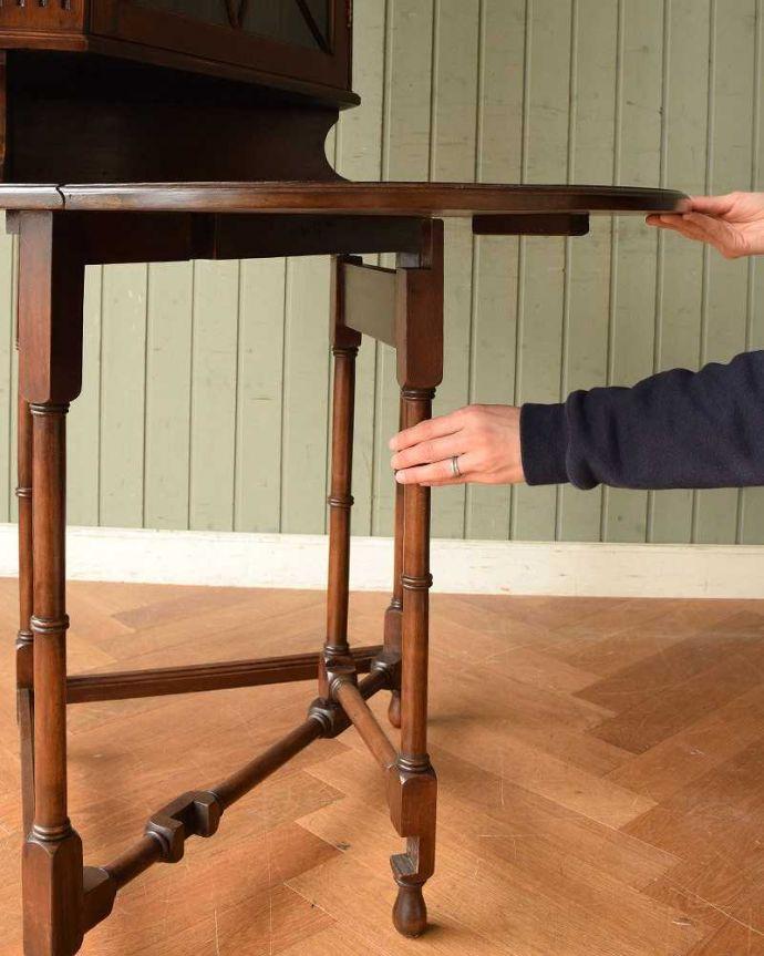アンティークのキャビネット アンティーク家具 お部屋のコーナーを彩るテーブル付きの美しいキャビネット、英国アンティーク家具。脚を引き出すだけであっという間ゲートのような形をした脚のテーブル。(k-1767-f)
