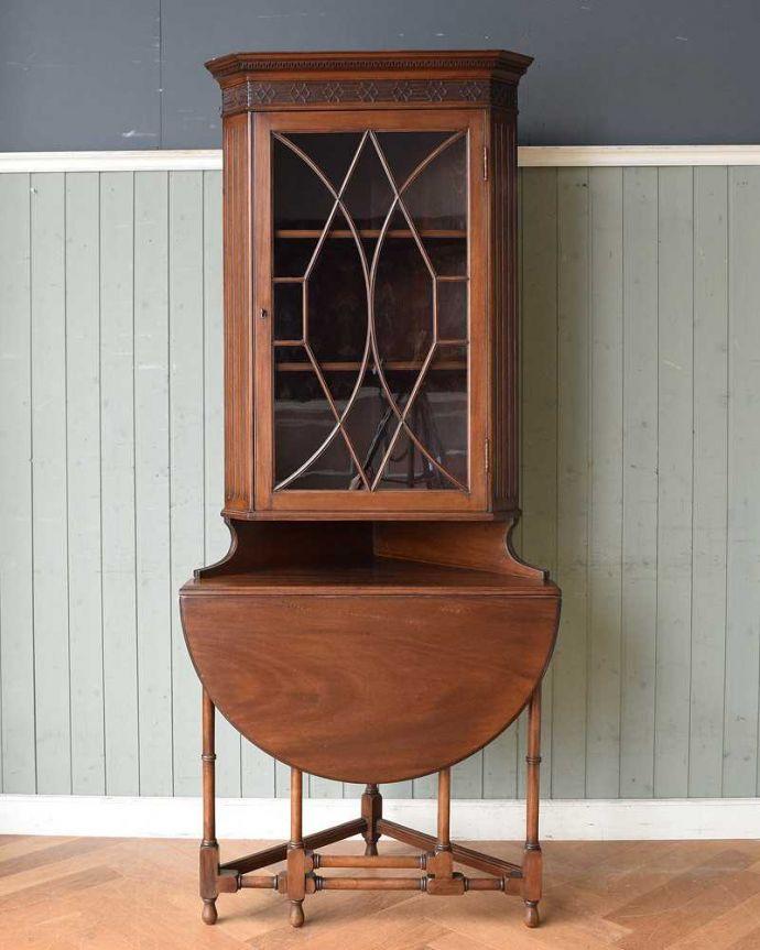 アンティークのキャビネット アンティーク家具 お部屋のコーナーを彩るテーブル付きの美しいキャビネット、英国アンティーク家具。天板をたたむとこんな感じ天板を使わない時は閉じておくことが出来るんです。(k-1767-f)