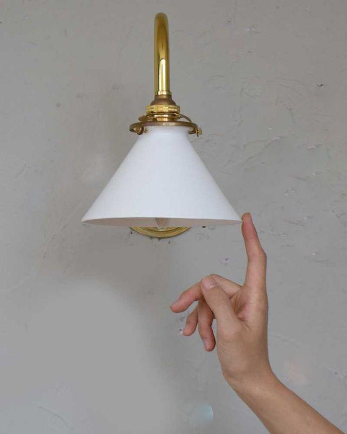 壁付けブラケット 照明・ライティング アンティークの土台×ボーンチャイナシェードのウォールブラケット(E17シャンデリア球・ギャラリーA付き)。壁のアクセサリーでお部屋をオシャレに大変身日本ではあまり使わない壁付けのブラケット。(k-1872-z)