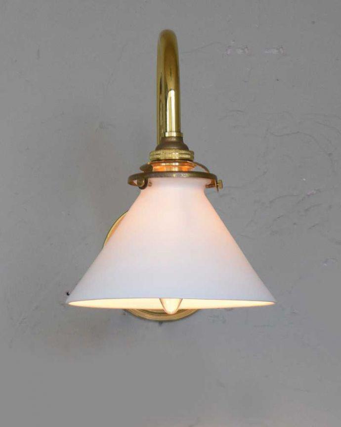 壁付けブラケット 照明・ライティング アンティークの土台×ボーンチャイナシェードのウォールブラケット(E17シャンデリア球・ギャラリーA付き)。夜のお部屋をドラマティックに・・・壁を照らすとお部屋がなんだかステキに見えてきます。(k-1872-z)