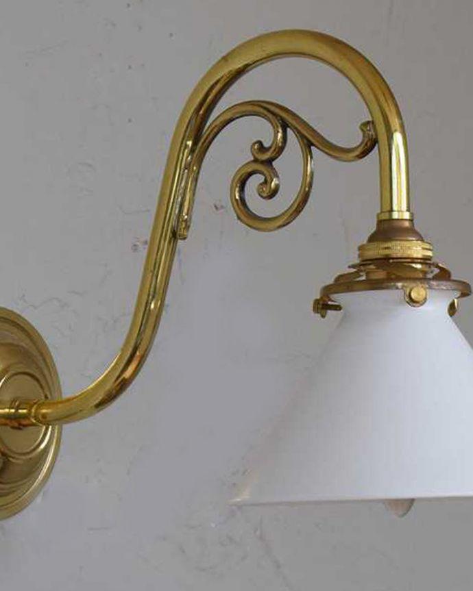 壁付けブラケット 照明・ライティング アンティークの土台×ボーンチャイナシェードのウォールブラケット(E17シャンデリア球・ギャラリーA付き)。横から見たデザインも美しい・・・どんなお部屋もゴージャスな雰囲気に魅せてくれる優雅で美しいデザインです。(k-1872-z)