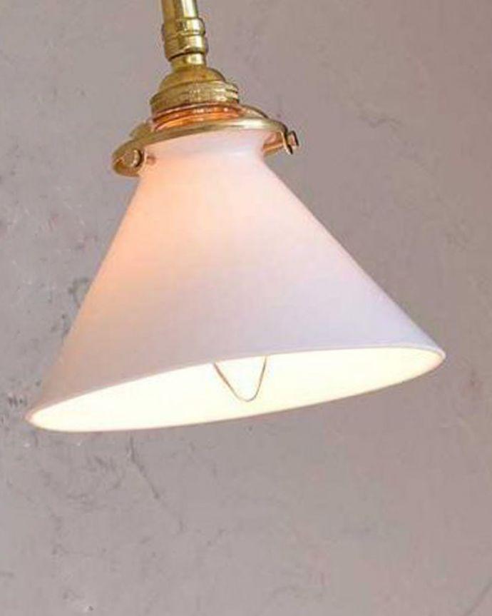 壁付けブラケット 照明・ライティング アンティークの土台×ボーンチャイナシェードのウォールブラケット(E17シャンデリア球・ギャラリーA付き)。LEDも使えます日本球仕様(E17型)でオーバーホウルしたので安心して使えます。(k-1872-z)