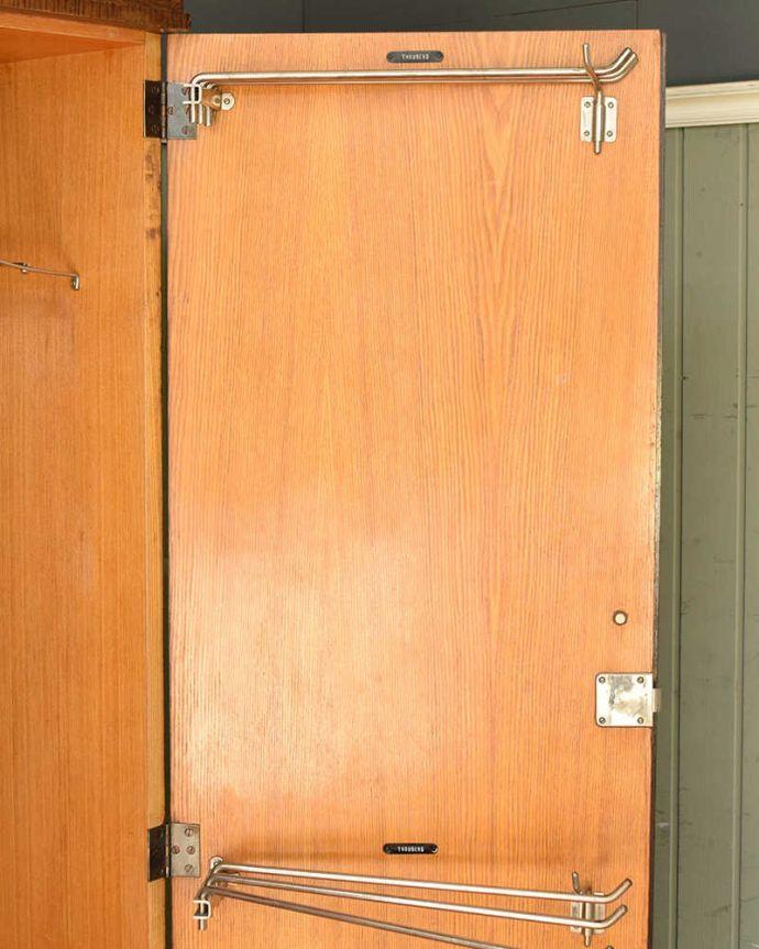 ワードローブ アンティーク家具 とってもめずらしい船旅で使われていたアンティークのコンパクトム。扉の内側のバーは上下2ヶ所にあります。(k-1901-f)
