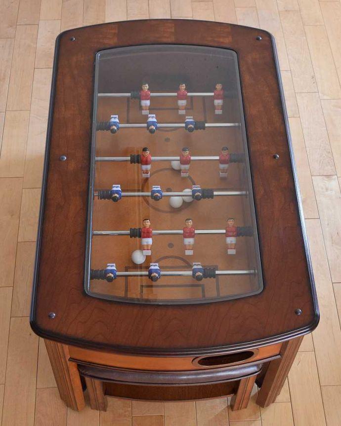アンティークのテーブル アンティーク家具 英国で出会っためずらしい家具、アンティークの遊べちゃうコーヒーテーブル(フットボールテーブル)。天板を開くと…天板を外すとサッカーをもとにして作られたテーブルゲームが現れます。(k-1996-f)